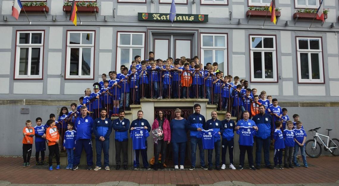 Jugendabteilung des 1. FC Sarstedt erhält Trikots