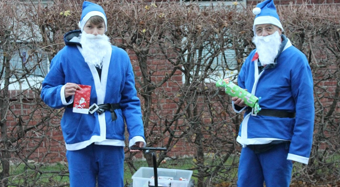 Blau-Weiße Weihnachtsmänner