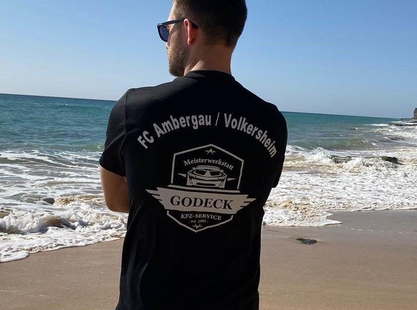 KfZ-Godeck stattet die 1. mit neuen Shirts aus!