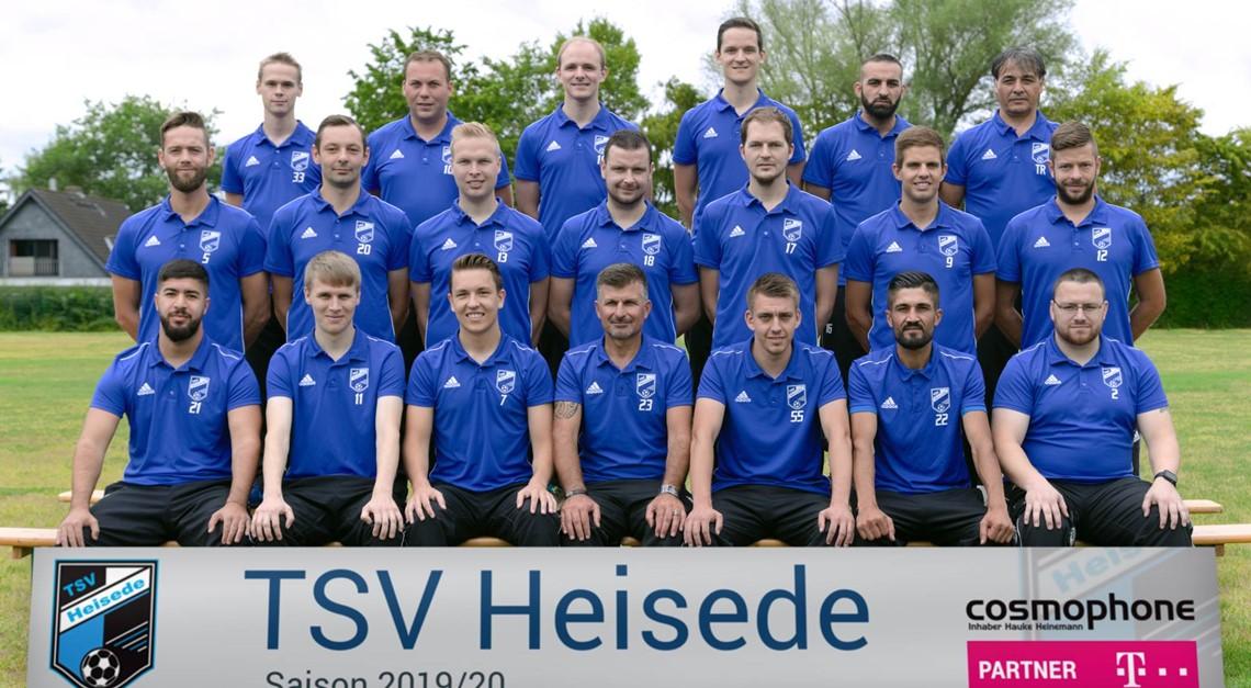 Fußballherren mit neuen Poloshirts
