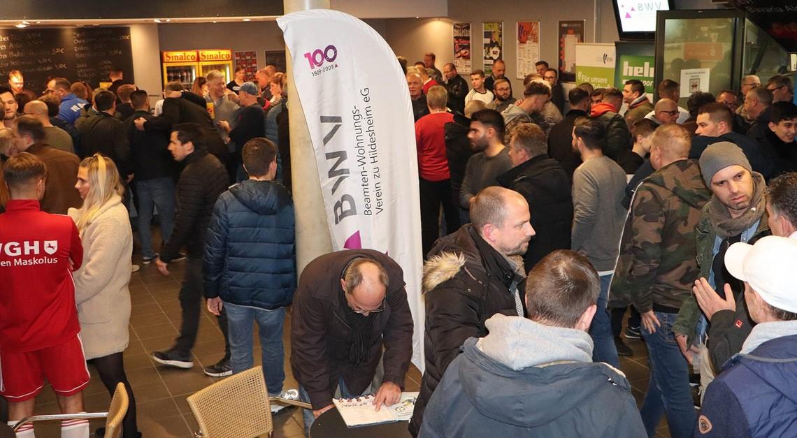 EVI-Cup 3.Tag: Halle rappelvoll- Eingänge dicht!