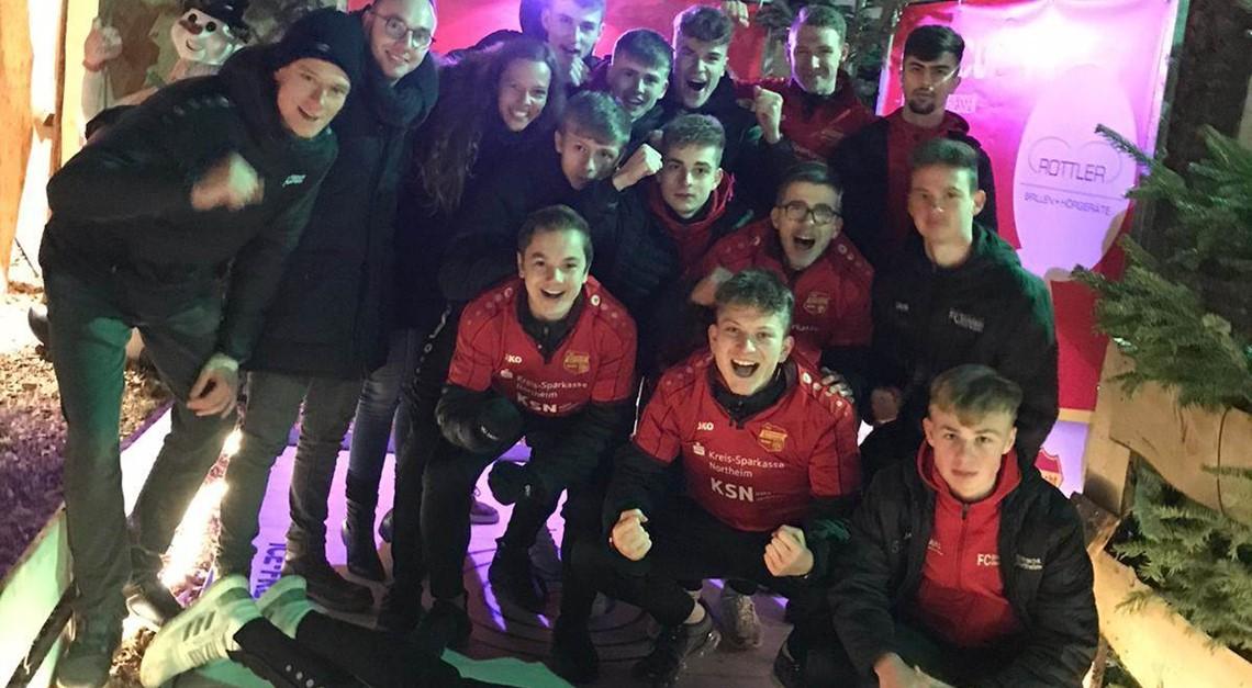 U17 beendet Fußballjahr beim Eisstockschiessen