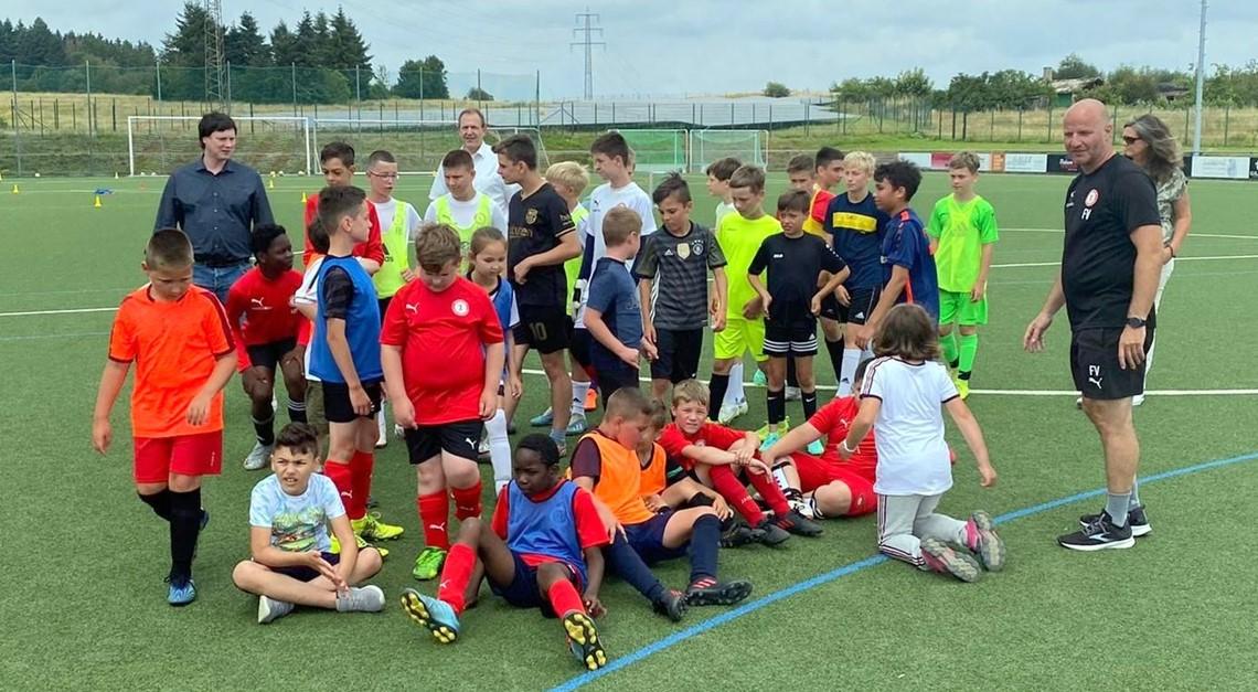 Begeisterte Kinder beim Fußball-Ferien-Camp