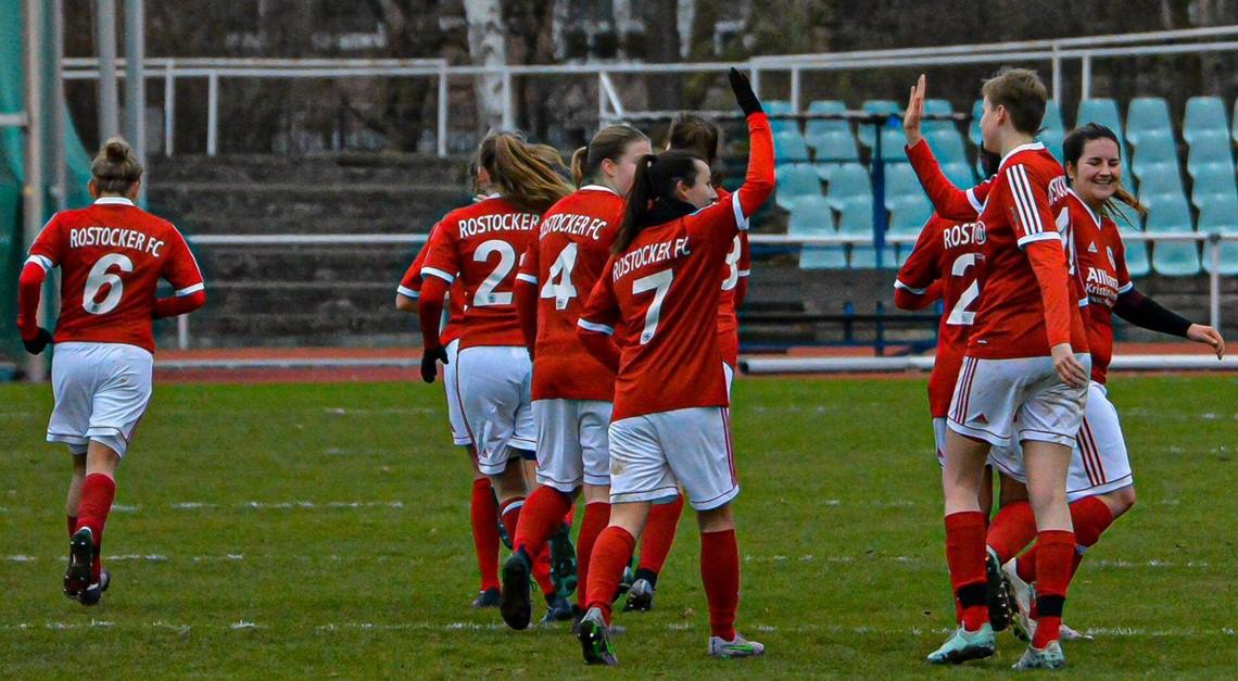 RFC-Frauen zünden 4 Kerzen in Neubrandenburg