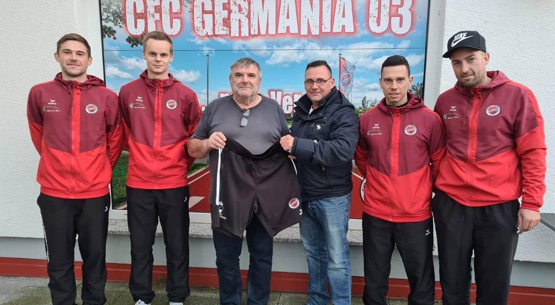 Neue Präsentationshosen für Landesligamannschaft
